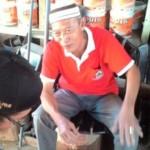 Sumarjo alias Mbah Ratmo (kanan), menceritakan kisahnya menghalau puluhan pengendara motor yang akan menggelar aksi balapan liar di Jl Suratmo, Manyaran, Semarang, beberapa waktu lalu. (Imam Yuda Saputra/JIBI/Semarangpos.com)