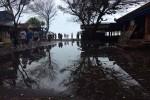 Gelombang tinggi di Pantai Kwaru masuk hingga warung-warung makan di sekitar pantai. Gelombang tinggi yang puncaknya diperkirakan masih terjadi sampai hari Kamis (9/6/2016) tidak menyurutkan daya tarik para wisatawan. Rabu, (8/6/2016). (Yudho Priambodo/JIBI/Harian Jogja)