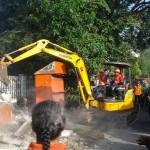 Wali Kota Solo F.X. Hadi Rudyatmo mengoperasikan ekskavator untuk membongkar Posko PDIP Ranting Semanggi yang berada di tepi Jl. Kyai Mojo, Jumat (3/6/2016). (Irawan Sapto Adhi/JIBI/Solopos)