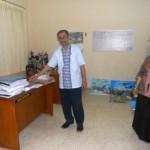 Ketua Program Studi PGSD Universitas Slamet Riyadi (Unisri) Solo, Sarafuddin, S.Pd., menunjukan meja dosen Juwanto salah satu korban pencurian yang kehilangan laptop, Sabtu (18/6/2016). (Arif Fajar S/JIBI/Solopos)