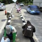 Pekerja mengecat pembatas jalan di jalur pantai utara (pantura) Pulau Jawa wilayah Kabupaten Demak, Jawa Tengah (Jateng), Kamis (16/6/2016). Pengecatan pembatas jalan sepanjang 6 km di jalur tersebut untuk menambah tingkat keamanan dan kenyamanan pemudik yang melintas saat musim mudik Lebaran 2016. (JIBI/Solopos/Antara/Yusuf Nugroho)