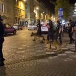 Polisi mencoba mengamankan suporter Inggris yang berulah (BBC)
