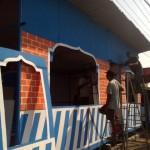 Para pekerja membangun pos pam mudik Lebaran di Jl. Solo- Sragen, tepatnya di perbatasan Sragen-Karanganyar, Sabtu (25/6). Pos pam didesain seperti musala. Posko ditargetkan selesai Minggu (26/6/2016) besok. (Tri Rahayu/JIBI/Solopos)