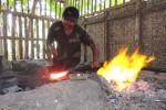 Seorang warga Dusun Klopo X, Desa Bendungan, Kecamatan Wates, Kulonprogo tampak sedang menempa besi panas pada akhir Mei lalu. Dusun tersebut dikenal sebagai sentra pandai besi. (Rima Sekarani I.N./JIBI/Harian Jogja)