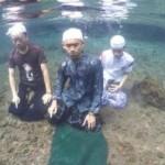 Tiga pria berpose salat di dalam air (Facebook)