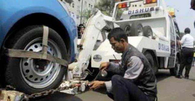 Sanksi derek terhadap mobil yang pengemudinya parkir sembarangan. (JIBI/Bisnis.com/Dok.)