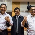 Kepala Badan Nasional Penanggulangan Terorisme (BNPT) Komjen Pol Tito Karnavian (kanan) bersama Kepala Pusat Pelaporan dan Analisa Transaksi Keuangan (PPATK) Muhammad Yusuf (tengah) dan Kepala Badan Narkotika Nasional (BNN) Komjen Pol Budi Waseso (kiri) bergandengan tangan seusai rapat dengar pendapat dengan Komisi III DPR di Kompleks Parlemen Senayan, Jakarta, Kamis (16/6/2016). Presiden Joko Widodo mengajukan nama Komjen Pol Tito Karnavian sebagai calon tunggal Kapolri menggantikan Jenderal Pol Badrodin Haiti. (JIBI/Solopos/Antara/M Agung Rajasa)