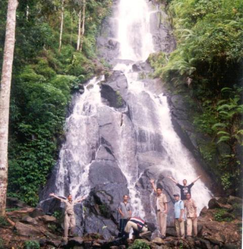 Sejumlah orang berfoto di dekat Air Terjun Girimanik di Kecamatan Slogohimo. Foto diambil Dinas Kebudayaan Pariwisata Pemuda dan Olahraga (Disbudparpora) Wonogiri beberapa waktu lalu. (JIBI/Istimewa)