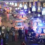Para petugas medis memberikan pertolongan kepada para korban serangan bom di Bandara Istanbul, Turki, Selasa (28/6/2016) waktu setempat. (JIBI/Reuters)