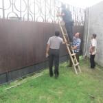 Bupati Karanganyar, Juliyatmono naik tangga ketika meninjau jalan desa yang ditutup pintu gerbang salah satu perumahan di Gajahan, Colomadu, Karanganyar, Sabtu (25/6/2016). (Iskandar/JIBI/Solopos)