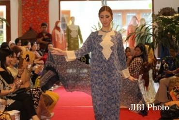 Model memperagakan pakaian dari bahan batik sutera dalam sebuah Fashion show yang bertajuk The Beauty of Ramadan di rumah batik Danar Hadi, Jl Slamet Riyadi, Sriwedari, Solo, Jumat (24/6/2016). Menjelang Lebaran saat ini penjualan pakaian batik khususnya busana Muslim menunjukkan peningkatan yang tajam. (Sunaryo Haryo Bayu/JIBI/Solopos)