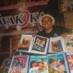 Kak Ucon, 45, warga Ponorogo yang juga kolektor flyer film kuno menunjukkan koleksinya di warung kopi Wakoka beberapa waktu lalu. (Abdul Jalil/JIBI/Madiunpos.com)