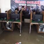 Anak-anak bermain game online di salah satu warnet wilayah Desa Temuwangi, Pedan, Minggu (19/6/2016). Anak-anak tersebut tetap asyik bermain meski warnet kebanjiran. (Taufiq Sidik Prakoso/JIBI/Solopos)