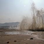GELOMBANG PASANG TULUNGAGUNG : Ombak Terjang Pagar Pembatas Pantai Sine, Nelayan Dilarang Melaut