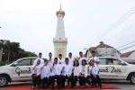 Jajaran manajemen Grand Zuri melakukan foto taking bersama di ikon Jogja yakni Tugu Pal Putih, Jogja, Rabu (8/6/2016). (Kusnusl Isti Qomah/JIBI/Harian Jogja)