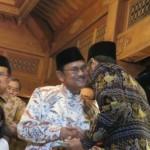 Presiden ke-3 B.J. Habibie menyerahkan potongan tumpeng kepada Presiden Jokowi, Sabtu (25/6/2016)  (detikcom)