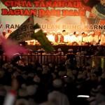 Ribuan warga menghadiri Haul Bung Karno yang ke-46 dengan bersalawat yang dipimpin oleh Habib Syech bin Abdul Qodir Assegaf di Stadion Sriwedari, Solo, Sabtu (4/6/2016) malam. Acara tersebut dihadiri oleh para pejabat dan tokoh masyarakat se Soloraya. (Sunaryo HB/JIBI/Solopos)