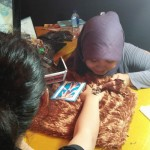 Nun Nani Rachmah Riany Putri, 27 melukis tubuh degan mehndi atau henna. (Holy Kartika N.S/JIBI/Harian Jogja)