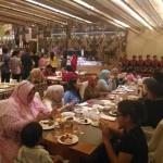 Para tamu berbuka puasa di Kayumanis Coffee Shop Tentrem Hotel sambil ditemani hiburan Tari Saman, Rabu (22/6/2016). (Foto istimewa)