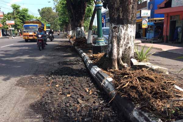 Ruas Jalan Jendral Sudirman, Bantul yang bergelombang sudah mulai diperbaiki, Rabu (1/6). Perbaikan yang dilakukan di jalanan tersebut tidak secara menyeluruh namun hanya menghilangkan bagian yang menyembul akibat akar pohon perindang, kemudian dengan menambal dan pengaspalan pada bagian tersebut. (Yudho Priambodo/JIBI/Harian Jogja)
