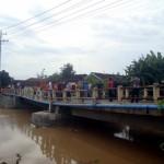 Jembatan Bejingan yang menjadi akses utama penghubung Desa Pilang, Kliwonan, dan Jati di Kecamatan Masaran, Sragen patah pada Mei lalu. Rombongan Bupati Sragen meninjau jembatan itu untuk memproyeksikan rencana pembangunan, Minggu (19/6/2016). (Tri Rahayu/JIBI/Solopos)