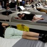 Warga Tiongkok di toko IKEA. (Istimewa)