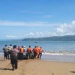Anggota tim gabungan mengevakuasi jasad nelayan yang tewas karena terseret arus laut Konang, Desa Nglebeng, Kecamatan Panggul, Trenggalek,, Senin (20/6/2016). (polrestrenggalek.com)