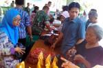 Sejumlah warga berbelanja di pasar murah yang digelar di markas Kodim 0731/Kulonprogo, Jumat (24/6/2016). Acara tersebut diselenggarakan Kodim 0731/Kulonprogo bekerja sama dengan Bulog DIY. (Rima Sekarani I.N./JIBI/Harian Jogja)