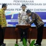 Bupati Pacitan, Indartato, menerima Opini WTP dari BPK RI di Surabaya, Senin (30/5/2016). (pacitankab.go.id)