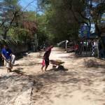 Warga mulai bekerja bakti membersihkan akses jalan aspal di Pantai Somandeng dari timbunan pasir pantai setebal 30 cm yang terbawa arus saat gelombang tinggi menghantam Rabu (8/6/2016) lalu. (Mayang Nova Lestari/JIBI/Harian Jogja)
