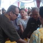 Ratusan warga antre untuk mendapatkan sembako dalam kegiatan pasar murah yang digelar PT Taspen (Persero) Surakarta di halaman kantor setempat diserbu warga, Jumat (24/6/2016) pagi. (Shoqib Angriawan/JIBI/Solopos)