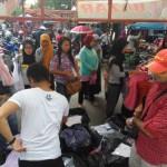 Pembeli memilih dagangan di salah satu lapak penjualan di Pasar Sabtu Karanganyar, Sabtu (25/6/2016) siang. (Kurniawan/JIBI/Solopos)