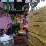Seorang pedagang di Pasar Kranggan, Atun, menjual mi telor dan berbagai kebutuhan pangan lainnya, Rabu (29/6/2016). (Bernadheta Dian Saraswati/JIBI/Harian Jogja)