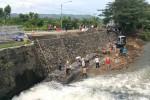 Para pekerja yang melakukan perbaikan jalan di Jalan Parangtritis Paker, Bambanglipuro, Bantul, Selasa (29/6/2016). Perbaikan jalan tersebut ditergetkan akan selesai dua hari lagi dan sudah bisa digunakan saat lebaran nanti.( Yudho Priambodo/JIBI/Harian jogja)