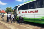 Beberapa orang petugas Dishubkominfo Gunungkidul sedang melakukan pengecekan terhadap kondisi fisik angkutan lebaran yang ada di PO Maju Lancar. Rabu (29/6/2016). (David Kurniawan/JIBI/Harian Jogja)