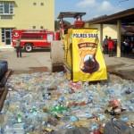 Alat berat menggilas ratusan botol berisi miras dalam pemusnahan miras di halaman belakang Mapolres Sragen, Minggu (5/6/2016). (Tri Rahayu/JIBI/Solopos)