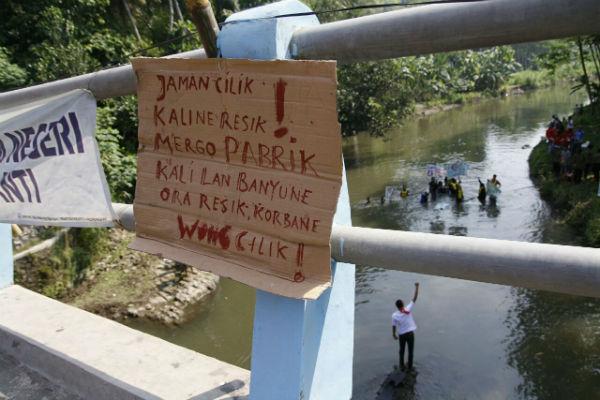 Warga Desa Guwosari memprotes pembuangan limbah pabrik ke Sungai Bedog yang menyebabkan pencemaran ekosistem sungai, Minggu (5/6/2016). (Bhekti Suryani/JIBI/Harian Jogja)