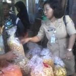 Salah seorang petugas memeriksa barang dagangan milik pedagang saat inspeksi mendadak di Pasar Malangjiwan, Colomadu, Karanganyar, Senin (27/6/2016). (Istimewa)