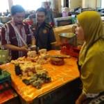 Tim memeriksa kadar air daging ayam yang di jual salah satu pedagang di Pasar Boyolali Kota, Rabu (15/6/2016). (Hijriyah Al Wakhidah/JIBI/Solopos)