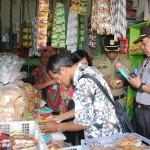 Tim gabungan mengecek makanan jenis mi instan di salah satu warung di Pasar Sunggingan, Kamis (9/6/2016). Dalam sidak tersebut tim menemukan makanan kedaluwarsa masih beredar di pasaran. (Hijriyah Al Wakhidah/JIBI/Solopos)