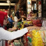 Petugas Dinas Kesehatan Kabupaten (DKK) Karanganyar mengecek kandungan sejumlah makanan ringan, bahan makanan, dan lain-lain di Pasar Palur, Rabu (15/6/2016). (Sri Sumi Handayani/JIBI/Solopos)