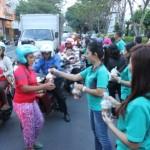 Karyawati Hotel Sahid Jaya Solo membagikan takjil kepada masyarakat yang melintasi Jl Gajah Mada di depan hotel setempat, Selasa (7/6/2016). (Shoqib Angriawan/JIBI/Solopos)