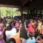 Warga antre pembagian beras zakat di Pendapi Gede, Balai Kota Solo, Kamis (30/6/2016). Pemkot Solo membagikan 2.600 paket beras zakat untuk warga yang membutuhkan. (Ivanovich Aldino/JIBI/Solopos)