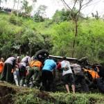 Anggota Polres Karanganyar, sukarelawan, dan warga mengevakuasi bangkai mobil Daihatsu Ayla yang terjun ke jurang sedalam 25 meter di Gumeng, Jenawi, Selasa (12/7/2016) sekitar pukul 13.30 WIB. (Sri Sumi Handayani/JIBI/Solopos)