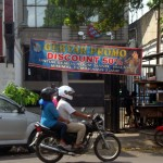 Warga mengendarai motor melintas di depan tempat hiburan Dunia Karaoke yang membuka promo diskon 50% di jalan raya Sukowati Sragen, Rabu (13/7/2016). Tempat hiburan karaoke itu buka kembali sejak Kamis (7/7/2016) lalu. (Tri Rahayu/JIBI/Solopos)