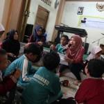 JIBI/Harian Jogja/Desi Suryanto Inspirator LoveProjectID, Venty Andistya Melawati membacakan cerita untuk sejumlah siswa tuna netra di SLB Yaketunis di Jalan Parangtritis, Yogyakarta, Sabtu (23/07/2016). Literacy Outreach Initiative (Love) dimotori para relawan dari berbagai latar belakang pendidikan yang menginisiasi literasi bagi difabel netra, anak-anak, dan pemuda. Salah satu bentuk literasinya yang sudah mereka membuat saat ini adalah rekaman 38 buah cerita yang dapat membantu para guru siswa difabel untuk memperkaya pengetahuan dan kemudahan dalam belajar membaca.