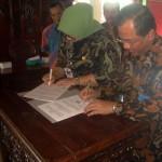 Bupati Sragen Kusdinar Untung Yuni Sukowati (berjilbab) dan Rektor UNS Ravik Karsidi (kanan) menandatangani MoU Tri Dharma Perguruan Tinggi di Pendapa Sumonegaran Rumdin Bupati Sragen, Jumat (29/7/2016). (Tri Rahayu/JIBI/Solopos)