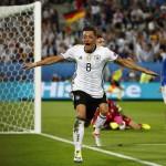 Mesut Ozil merayakan gol ke gawang Italia. (JIBI/Reuters/Kai Pfaffenbach)