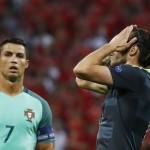 Gelandangan Wales Gareth Bale tampak kesulitan menembus pertahanan Portugal. (JIBI/Reuters/Kai Pfaffenbach)