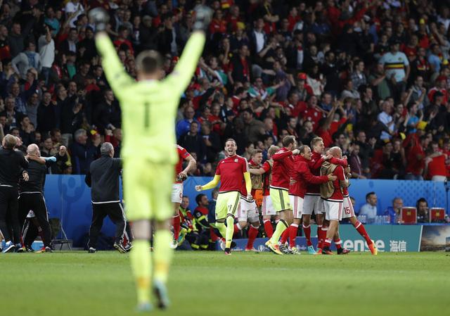 Pemain Wales merayakan gol terakhi ke gawang Belgia yang dicetak pemain pengganti Sam Vokes. Laga di Stade Pierre Mauroy, Lille, Prancis, Sabtu (2/7/2016) dinihari WIB dimenangkan Wales 3-1. (JIBI/Reuters/John Sibley)